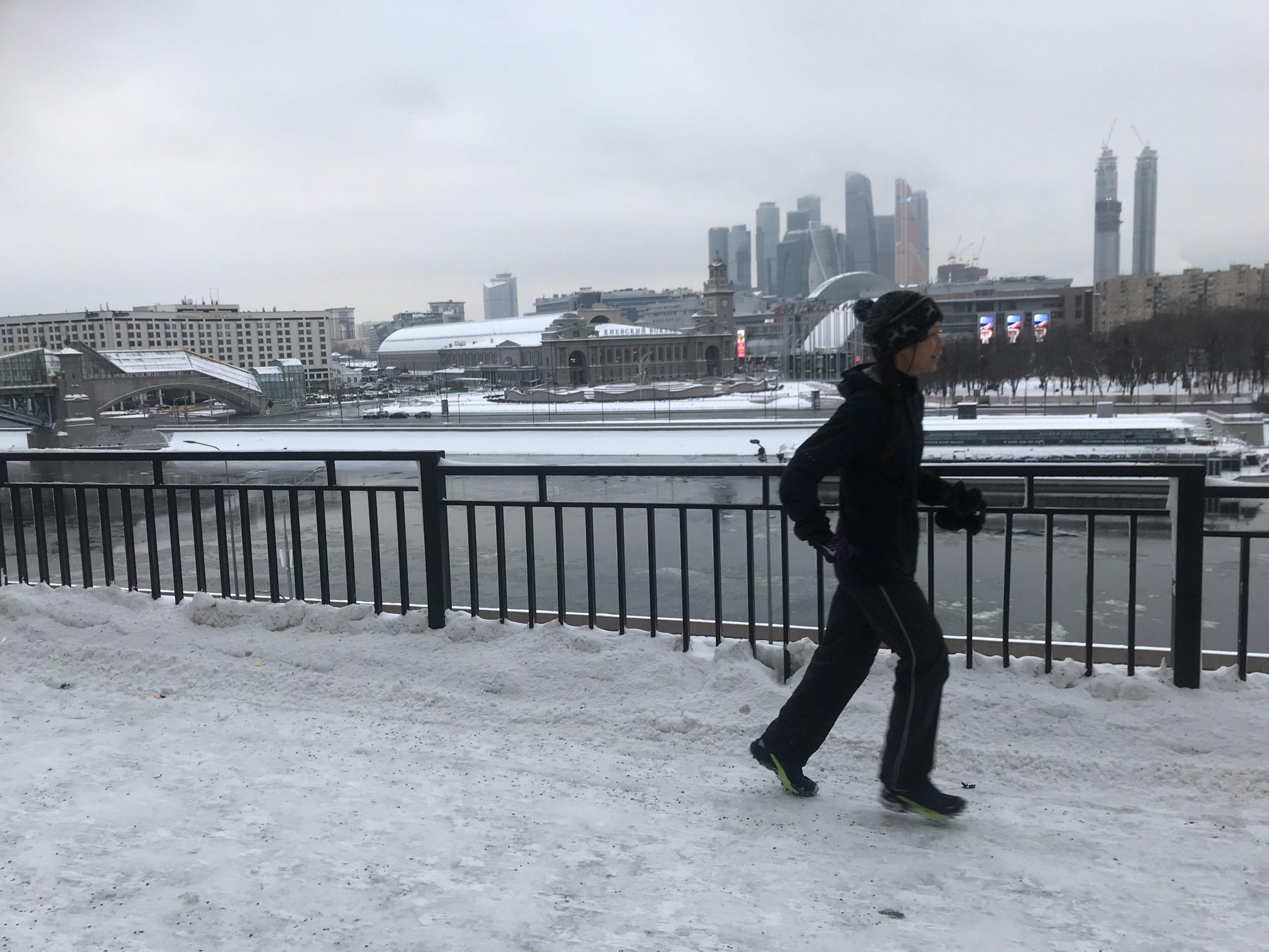 -13℃ 凍った路面、雪の中のモスクワで走っています。